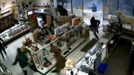 Einbrecher plündern Waffenladen