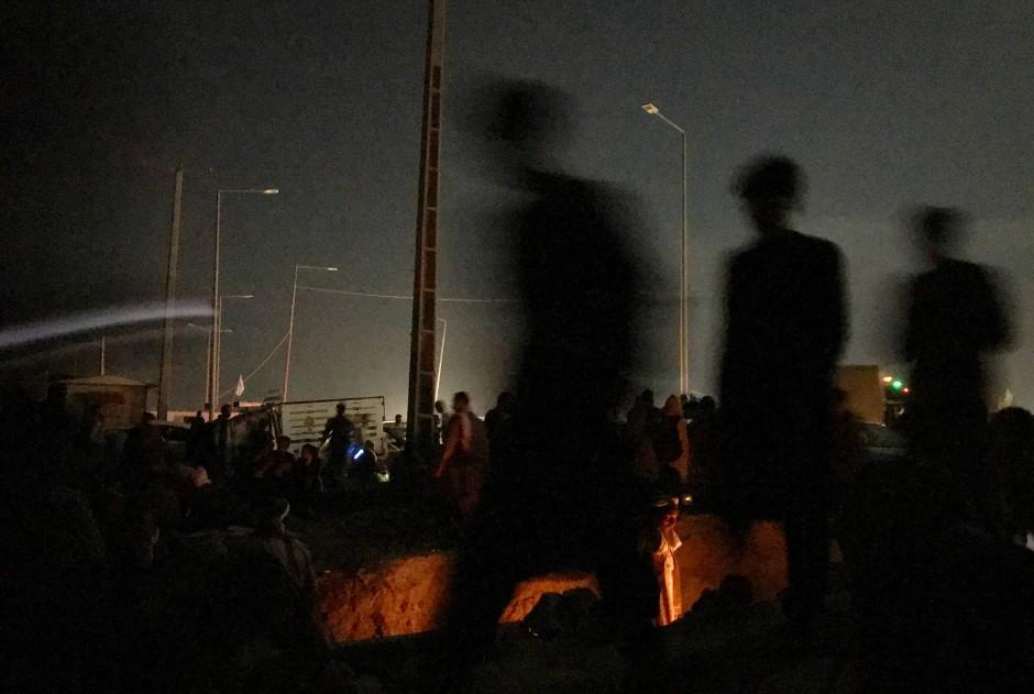 Es ist 2 Uhr morgens und die Menschen warten vor den Toren des Flughafens. Ein Gerücht war umgegangen, dass die ausländischen Streitkräfte die Tore mitten in der Nacht öffnen würden, wenn weniger Menschen dort seien, doch das geschah nie.