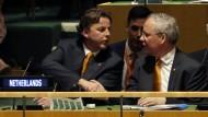Der niederländische Außenminister Koenders (links) und sein UN-Botschafter van Oosterom sind sich einig: Nach dem Wahlpatt will man sich den Sitz im UN-Sicherheitsrat mit Italien teilen.