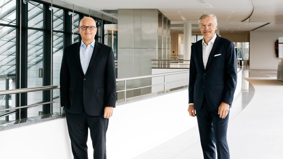 LBBW-Chef Rainer Neske (links) und ZF- Chef Wolf-Henning Scheider posieren Ende August in der LBBW-Zentrale in Stuttgart für ein Foto.