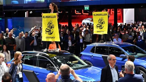 Umweltverbände verklagen Autokonzerne auf mehr Klimaschutz