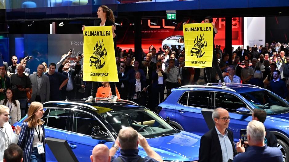 Greenpeace-Aktivisten auf der IAA im September 2019