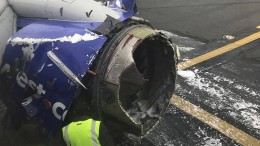 Frau fast aus Flugzeugfenster gerissen