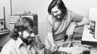 Dieses Archivfoto von 1976 zeigt Steve Wozniak (links) und Steve Jobs an einem Computer. Ihr erstes mit dem angebissenen Apfel verkauftes Produkt war der Apple I. Computer im selben Jahr.