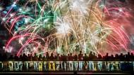 Lichtermeer über dem Main: Zuschauer beobachten das Feuerwerk auf dem Holbeinsteig in Frankfurt.