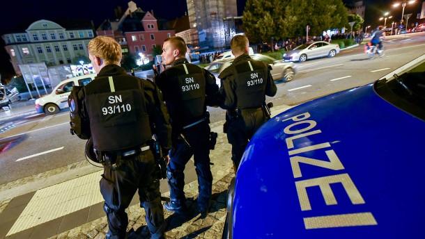 Polizei verhängt Ausgangsperre und führt Kontrollbereiche ein