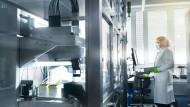 Eine Mitarbeiterin von Biontech steht im Labor des Unternehmens.