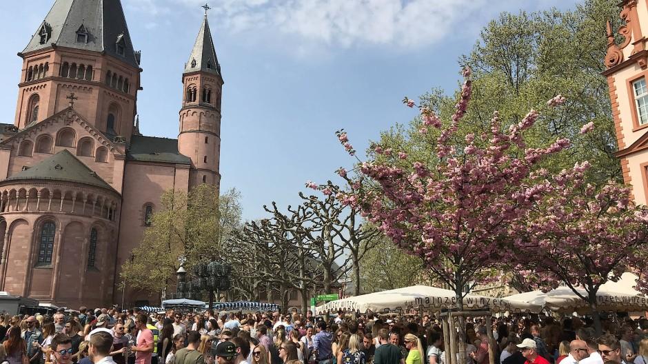 Aus besseren Zeiten: Zum Marktfrühstück haben sich samstags immer viele Mainzer eingefunden.