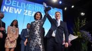 Der konservative Premierminister Bill English und seine Frau jubeln ihren Wählern in Auckland zu.