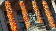 Ai Weiwei errichtet Kunstwerk aus Schwimmwesten