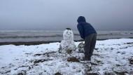 Seltener Gast: Schneemann am Strand in der Region Alicante.