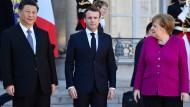 Chinas Präsident Xi Jinping (l), Frankreichs Präsident Emmanuel Macron (m) und Bundeskanzlerin Angela Merkel am Dienstag in Paris