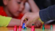 Die Zahl der Inobhutnahmen von Kindern und Jugendlichen in Deutschland ist deutlich gestiegen.