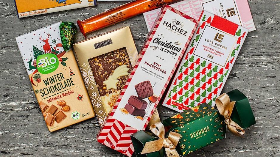 Weihnachtliche Schokoladen auf alljährlich grauem Linoleum.