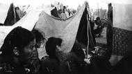 Auf der Flucht vor dem Genozid: Armenier ruhen sich in einem Camp in der syrischen Wüste aus. Das Foto entstand zwischen 1915 und 1917.