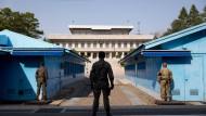 Grenze zwischen Baracken: Soldaten des United Nations Command bewachen in Panmunjom die Grenze nach Norden, im Hintergrund auf nordkoreanischer Seite die Panmun-Halle.