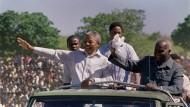 Kenneth Kaunda (ganz rechts) 1990 zusammen mit Nelson Mandela (l.) im Stadion der Freiheit in Lusaka