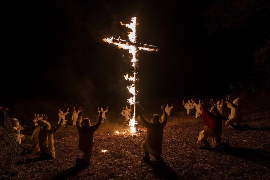 """Bei der Party des Klans feiern johlende Klansmänner und -frauen den """"Birth of a Nation""""."""