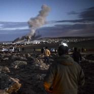 Kurden blicken auf das umkämpfte Kobane von türkischem Territorium aus