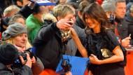 """Bei der Filmpremiere von """"Django"""" auf der Berlinale buhlten die Fans um ihre Aufmerksamkeit, jetzt hofft Frank-Walter Steinmeier auf die Stimme von Iris Berben. Aber die sollte ihm sicher sein: Immerhin hat sie die SPD in Hessen ausgewählt."""