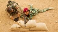 Einweisung eines kurdischen Peschmerga-Kämpfers in die Handhabung des G3-Sturmgewehrs durch einen Soldaten der Bundeswehr