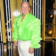 """Neongrünes Rüschenhemd statt schwarzem Anzug: Sean Spencer vor seinem Auftritt bei """"Dancing With The Stars""""."""