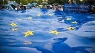 Rumänen halten eine große EU-Flagge bei einer Wahlkundgebung der 2020 USR Plus Allianz zur Wahl des Europäischen Parlaments.
