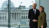 Kennen sich bereits: Im Jahr 2013 trafen sich Joe Biden und Angela Merkel in Berlin (Archivfoto)