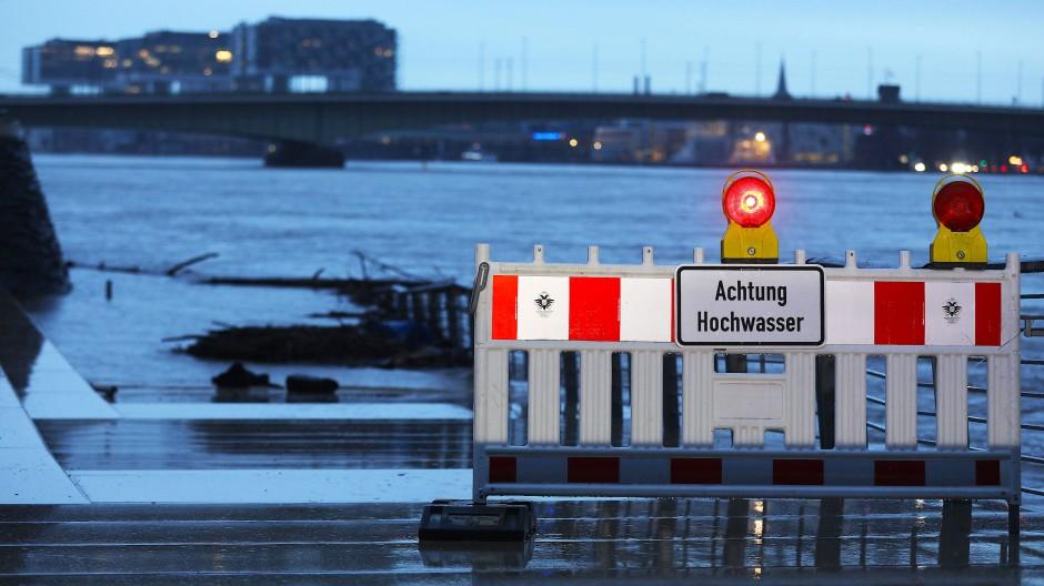 Die Flut kommt: In Köln steigt der Pegelstand am Rheinufer.