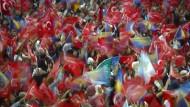 Sie stehen weiter zu Erdogan: AKP-Unterstützer am Wochenende bei einer Wahlkampfveranstaltung des türkischen Präsidenten in Sarajevo.