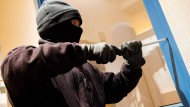 Auf diese Art von Besucher kann jeder verzichten: Einbrecher bei der Arbeit (Symbolbild)