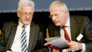 Will mehr für Flüchtlinge tun: der baden-württembergische Ministerpräsident Winfried Kretschmann und der Präsident des Deutschen Landkreistages, Reinhard Sager (r.)