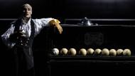 "Durchgedrehter Renaissancemensch: Der Theaterakrobat Nikita Kukuschkin in dem Stück ""Mensch ohne Namen"" im Moskauer Gogol-Center."