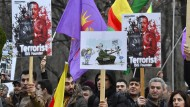 Teilnehmer einer prokurdischen Kundgebung demonstrieren vor der türkischen Botschaft in Berlin gegen Erdogans Militäroffensive auf Afrin.