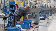 Mitarbeiter fertigen im Jungheinrich Werk Norderstedt in Hamburg Gabelstapler auf einer von fünf Produktionslinien.