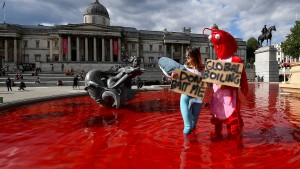 Tierschützer färben Londoner Brunnen blutrot