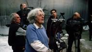 Gruß aus der Ferne: Goethe-Preisträgerin Ariane Mnouchkine, hier 2005 bei Dreharbeiten, weilt in Japan.