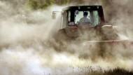 Ackern bei jedem Wetter: So unsicher die Erträge, so verlässlich stützen Europas Steuerzahler die Bauern.