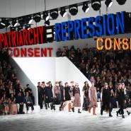 Feministische Sprüche der französischen Aktivistin Claire Fontaine prangen über dem Dior-Laufsteg bei den Pariser Prêt-à-porter-Schauen.