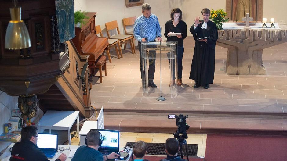 Pfarrerin Heike Schuffenhauer (rechts), Dorit Lassner und der Moderator während des digitalen Gottesdienstes in der Talkirche