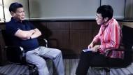 """Im Gespräch mit einem Despoten: Die Journalistin Maria Ressa, von deren Arbeit der Film """"Die Unbeugsamen"""" von Marc Wiese handelt, im Interview mit dem philippinischen Präsidenten Rodrigo Duerte."""