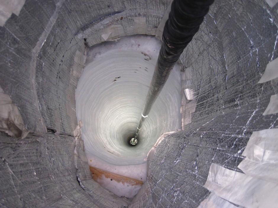 Bohrloch für das IceCube-Neutrino Observatorium. Die Detektoren befinden sich mehr als 1450 Meter tief im Eis.
