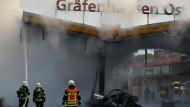 Die Feuerwehr löscht einen Brand an der Autobahn-Tankstelle Gräfenhausen-Ost. Ein Fahrzeug war gegen die Zapfanlage geknallt.