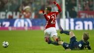 Ziemlich rüde: Leipzigs Forsberg grätscht Philipp Lahm von hinten in die Beine
