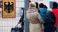 Flüchtlinge im Dezember 2015 vor der Landesaufnahmebehörde Niedersachsen in Braunschweig