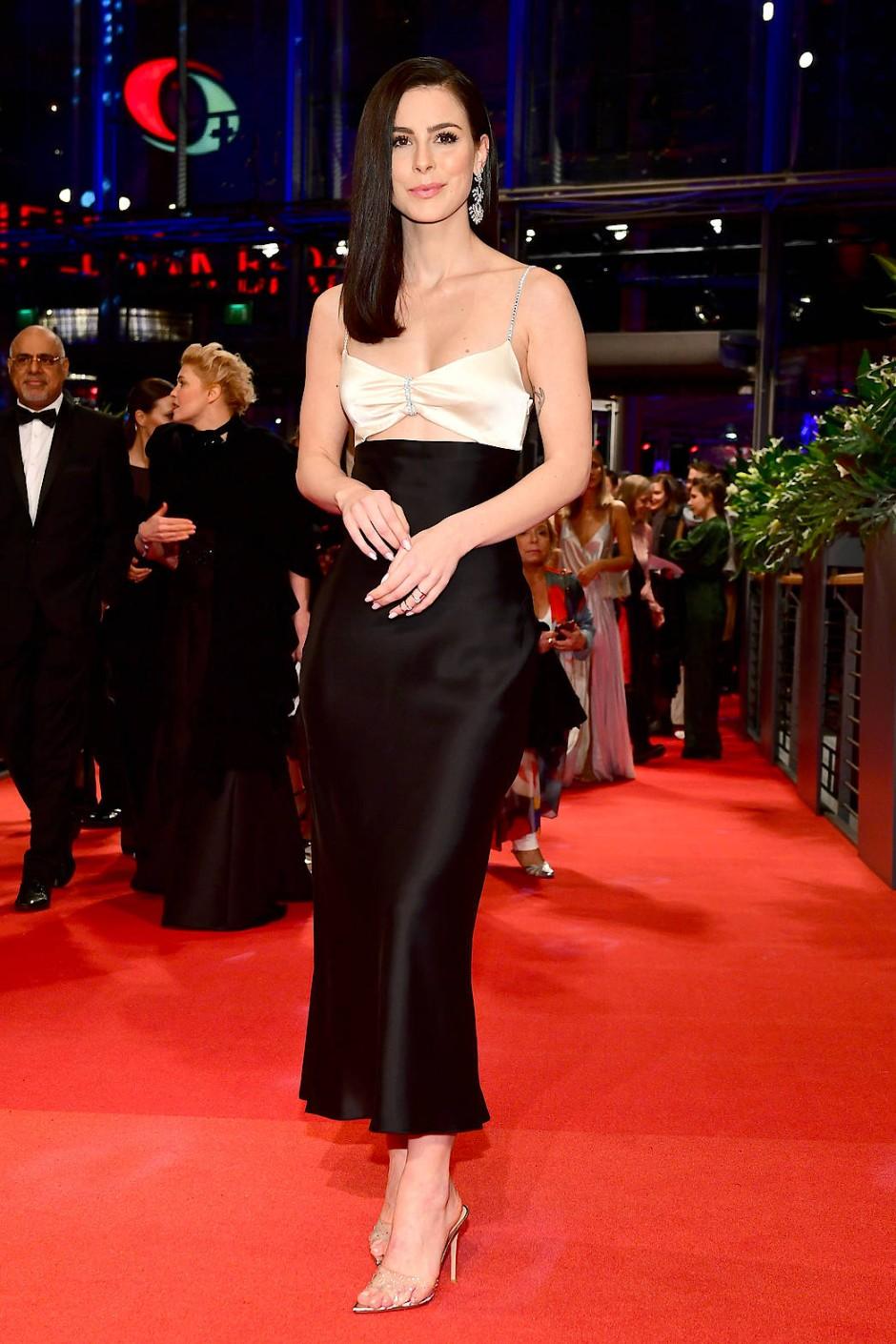 Lena Meyer-Landrut auf der Berlinale: Dieses schwarz-weiße Outfit gehört in ihre persönlichen Top Ten, sagt sie.