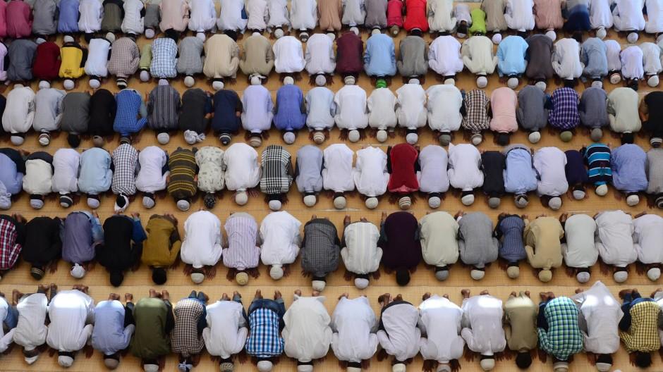 Indische Muslime beim Gebet in der Vasi-Ullah-Moschee von Allahabad