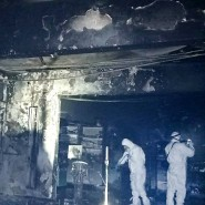 Ermittler in Schutzanzügen stehen in der zerstörten Intensivstation des Krankenhauses in Piatra Neamt.