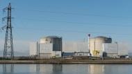 Das Atomkraftwerk Fessenheim am Rhein: Frankreichs Präsident Hollande hatte im Wahlkampf eine baldige Abschaltung versprochen.