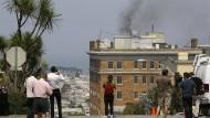 Schaulustige filmen den Rauch,der am 1. September 2017 über dem russischen Generalkonsulat in San Francisco aufsteigt.